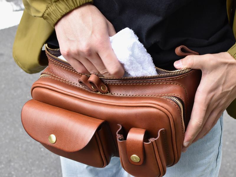 2ポケットウエストバッグ(F-46)Lサイズからタオルを取り出す様子