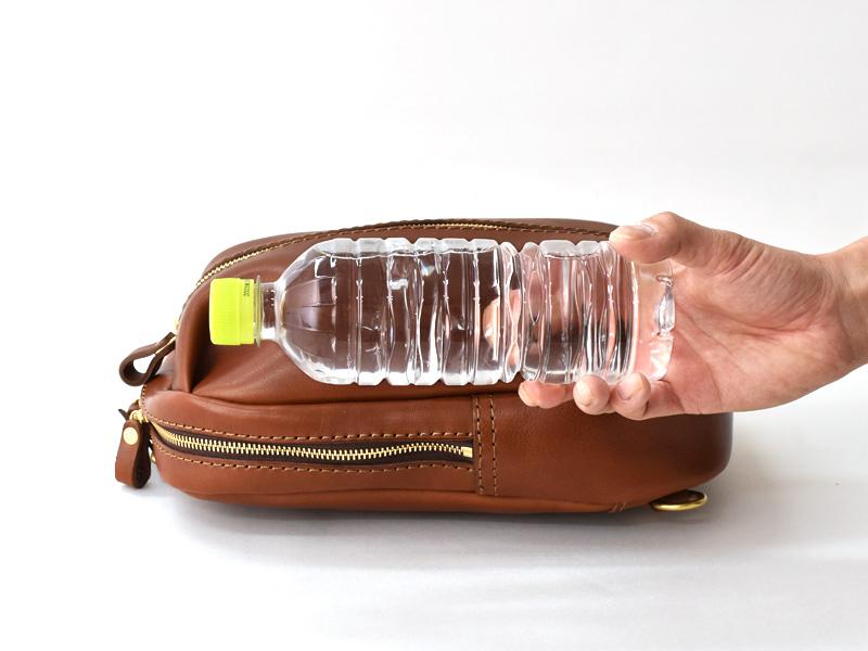 立体ポケットボディバッグ(SP-2020)とペットボトルの比較