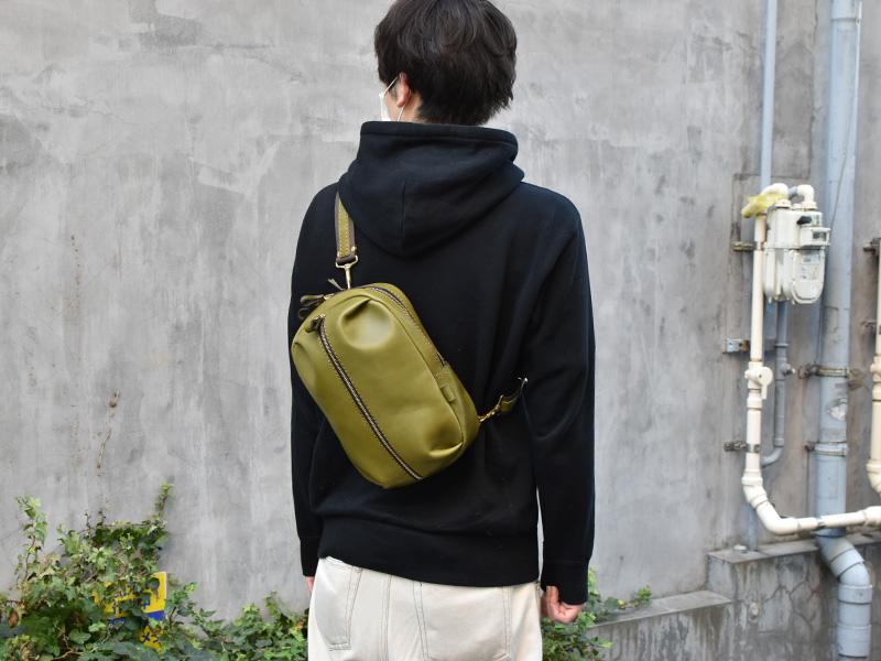 立体ポケットボディバッグ(SP-2020)革色グリーン着用例