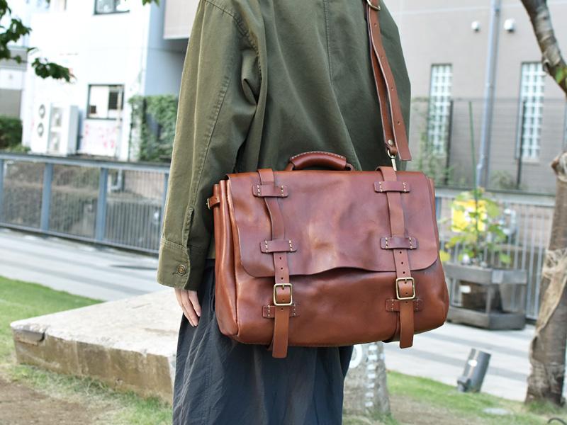 ポストマンショルダーバッグ(WH-401)革色チョコLLサイズレディース着用例