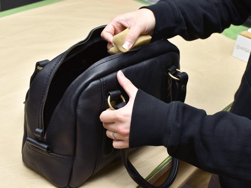 普段使いのミニボストンバッグ(WH-406)ファスナーにラナパーを塗布する様子