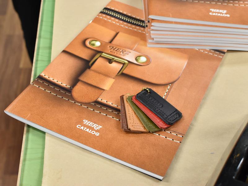 ヘルツオンラインショップ限定の革見本付きカタログセット