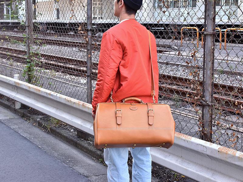 口枠ボストンバッグ(V-103)Lサイズ革色キャメル斜め掛け着用例