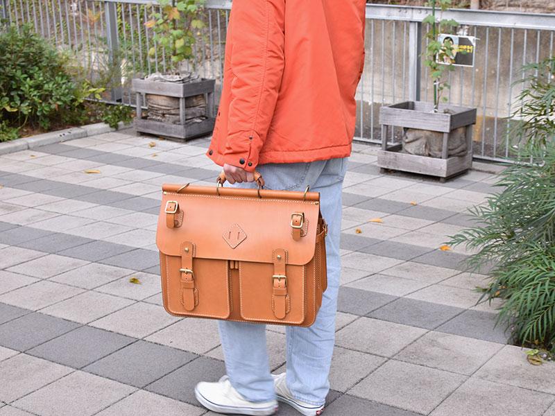 トリップバッグ・Trip Bag(A-102)革色キャメル手持ち着用例