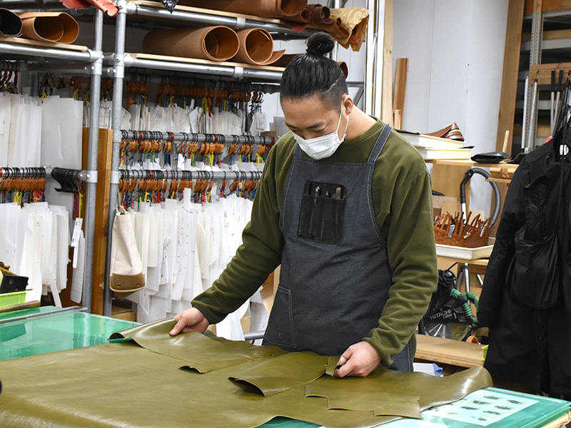 ヘルツ本店で革の裁断(カット)を担当している作り手:西川
