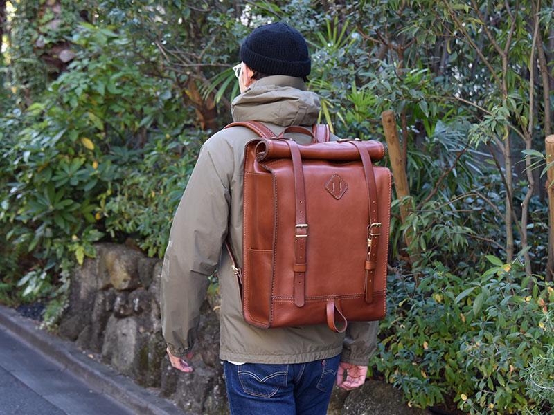 ロールトップバッグパック(R-19)革色チョコ着用例