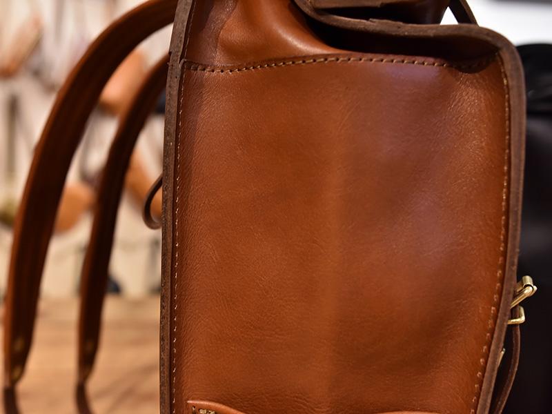 ロールトップバッグパック(R-19)芯を入れた革の重なりの様子