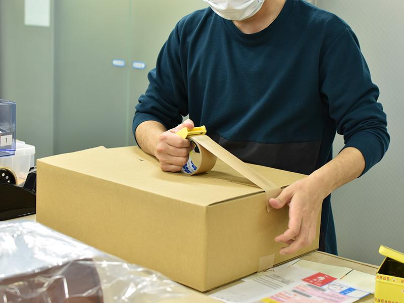 ラッピングを終えた商品を梱包する様子2