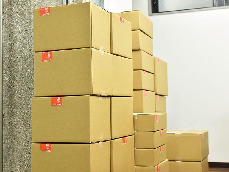 梱包を終えて集荷を待つ沢山の鞄たち