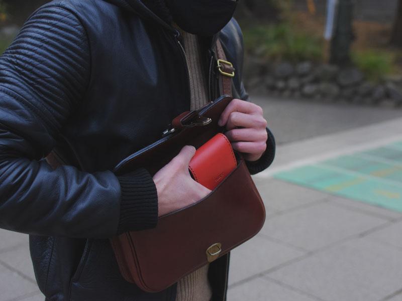 初詣での馬蹄型コインケース(KK-34)革色レッド使用例1