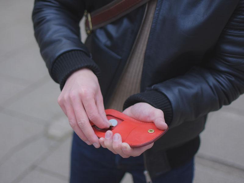 初詣での馬蹄型コインケース(KK-34)革色レッド使用例2