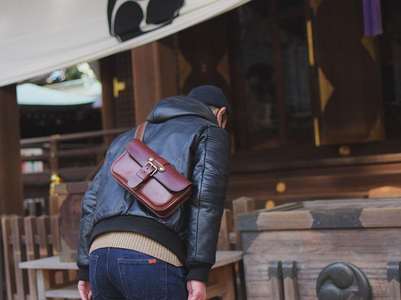 初詣での一本ベルトのクラシックボディバッグ(F-4)革色チョコ着用例4