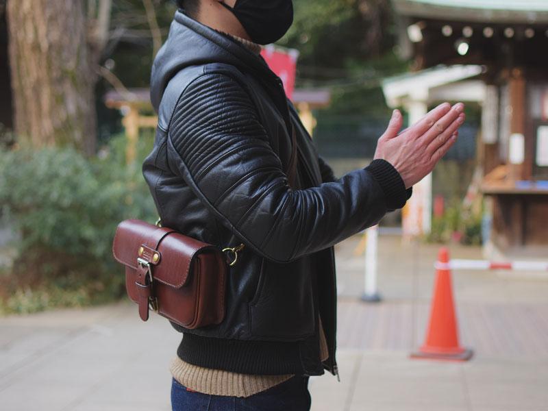 初詣での一本ベルトのクラシックボディバッグ(F-4)革色チョコ着用例5