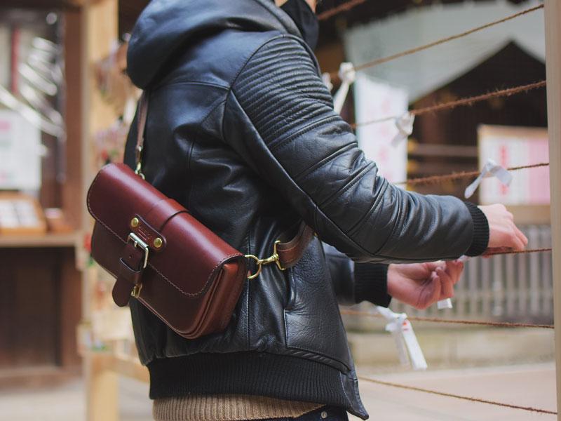 初詣での一本ベルトのクラシックボディバッグ(F-4)革色チョコ着用例6