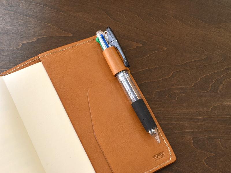 ほぼ日手帳カバー(KB-104)Sサイズのペン差し使用例
