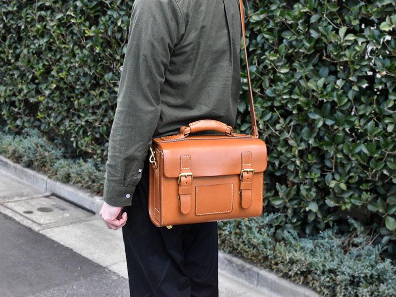 愛用歴1年のたる型2wayショルダーバッグ(A-20)革色キャメル斜め掛け着用例