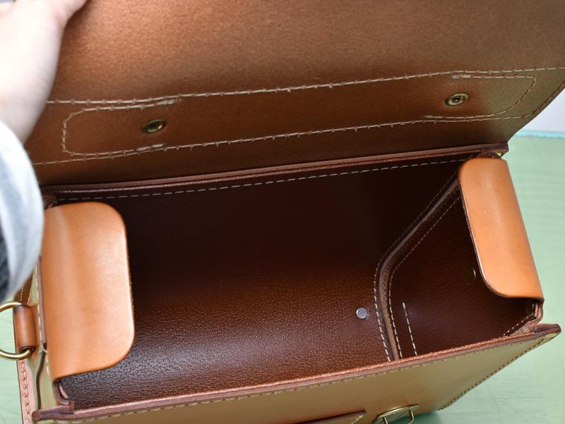 愛用歴1年のたる型2wayショルダーバッグ(A-20)革色キャメル中の芯材の様子