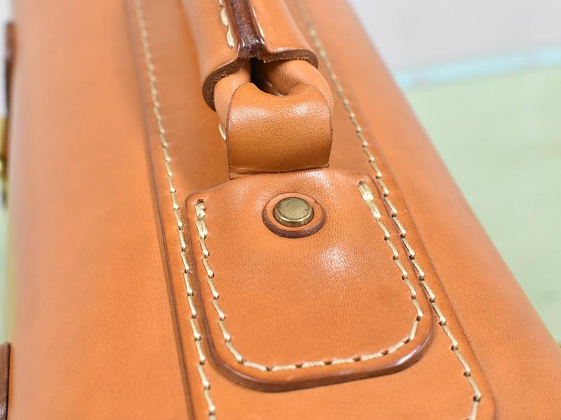 愛用歴1年のたる型2wayショルダーバッグ(A-20)革色キャメルの取っ手の付け根