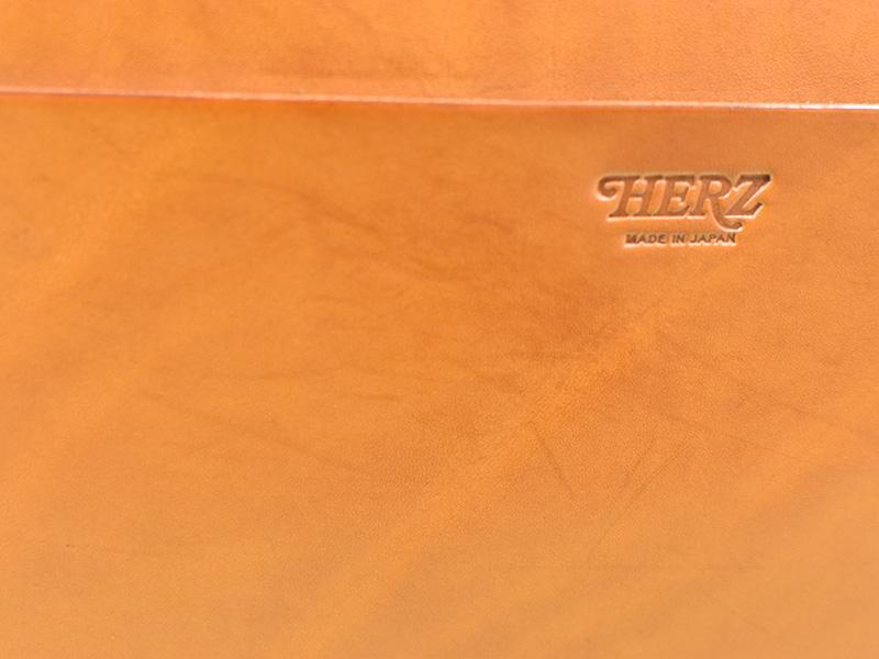 愛用歴1年のたる型2wayショルダーバッグ(A-20)革色キャメル後面ポケットの跡