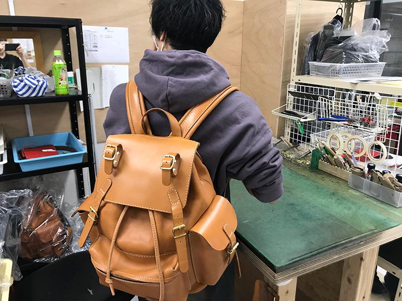 桐生が愛用しているオールドスタイル・ピクニックリュック(R-65)革色キャメル