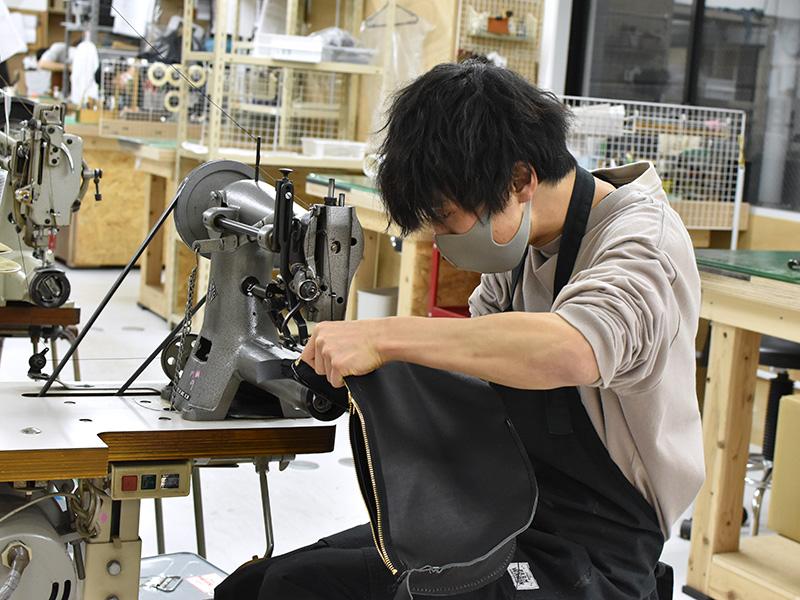鞄を制作する作り手:桐生の様子