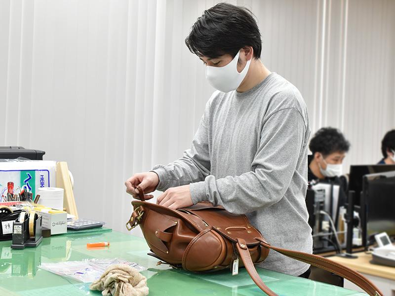 鞄を検品するオンラインショップスタッフ:野元の様子
