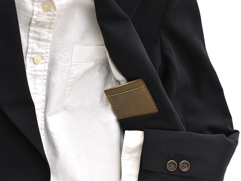 ネオミニマムパスケース(NSA-37)をジャケットの内ポケットに収納する様子