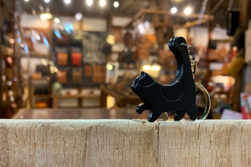 不思議な魅力の黒猫キーホルダー