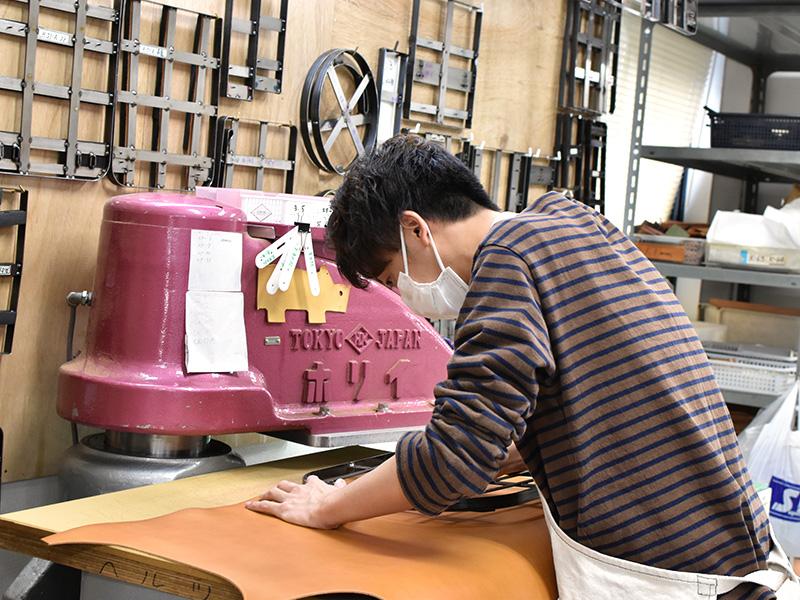 革の裁断(カット)をする作り手1