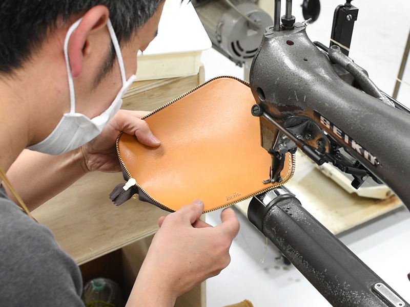 三角型ペンケース(KP-26)ファスナーを縫い付ける様子