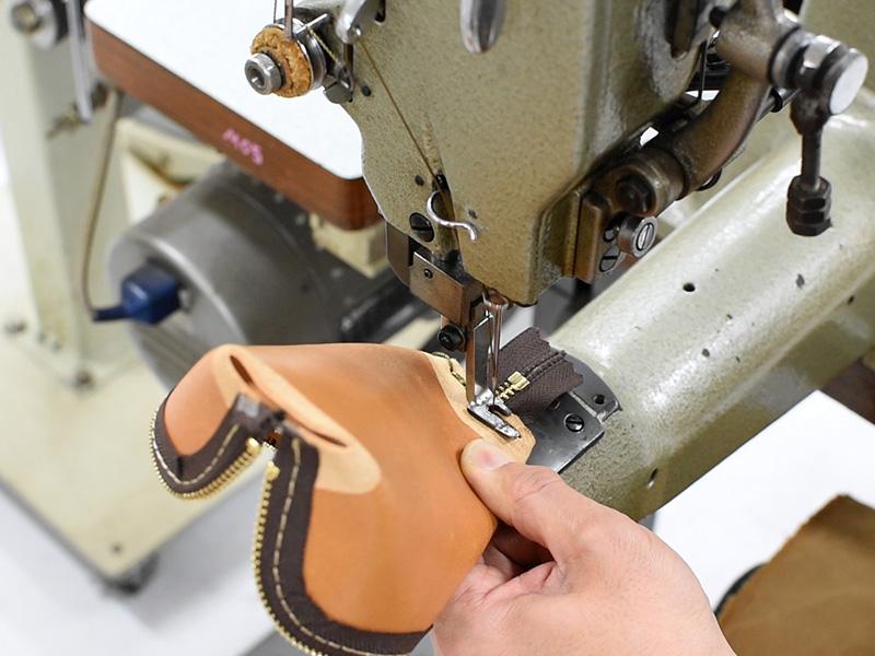 三角型ペンケース(KP-26)マチを縫う様子
