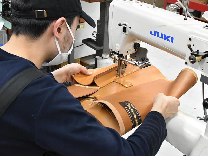 大型ギャジット3wayリュック(A-21)の前ポケットを縫い付ける様子
