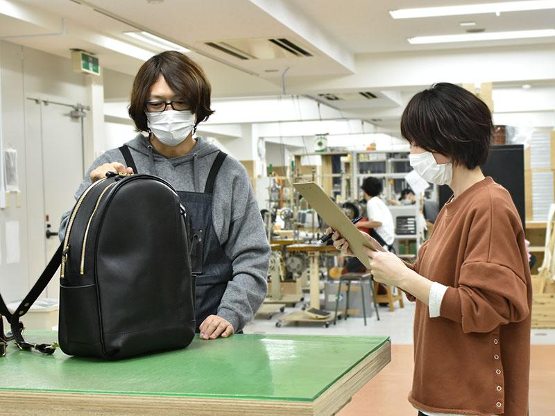 多機能デイパック(R-21)インタビューで感慨にふける佐藤