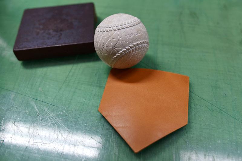 野球ボールとホームベース