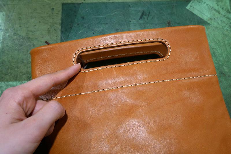手持ちもできるバッグインバッグ 持ち手部分の革