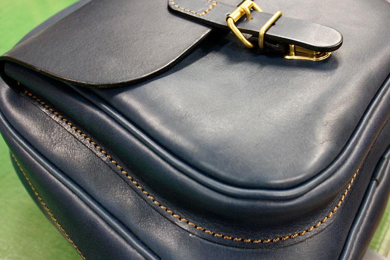 デニムブルーの鞄