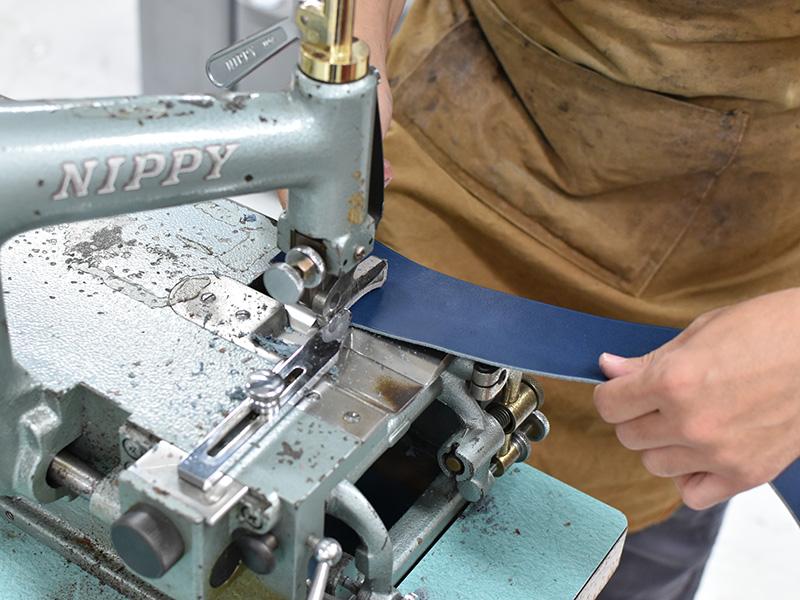 ネイビー革のラックスリュック(R-143)を制作する様子1