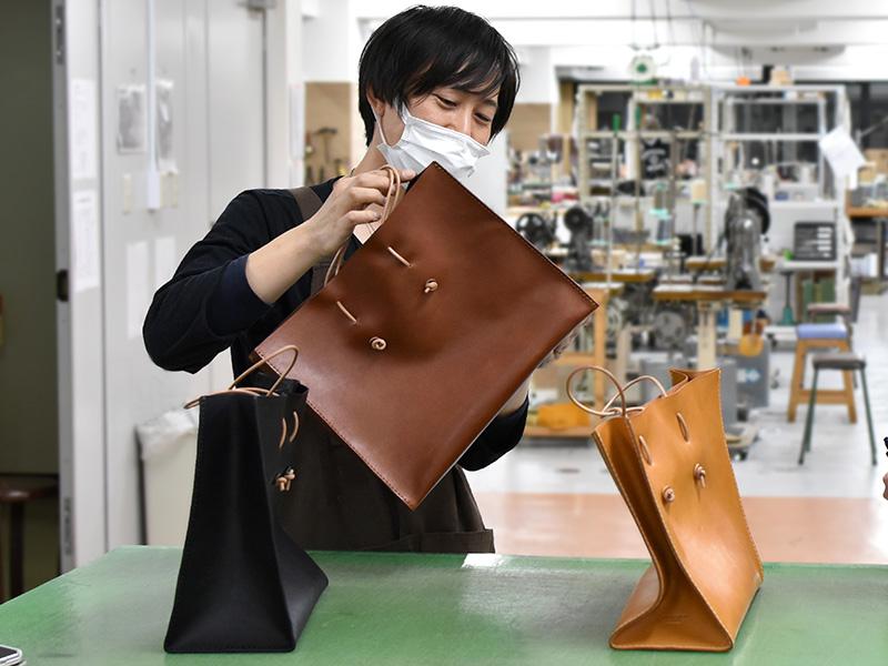 新作の革紙袋制作を手掛けた作り手:滑川