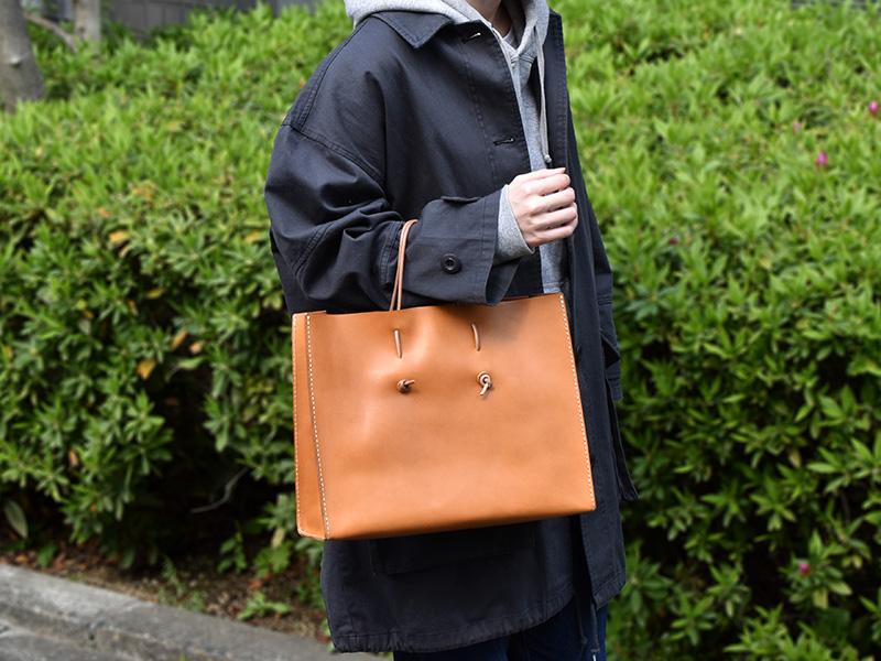 革紙袋(T-5)革色キャメル着用例