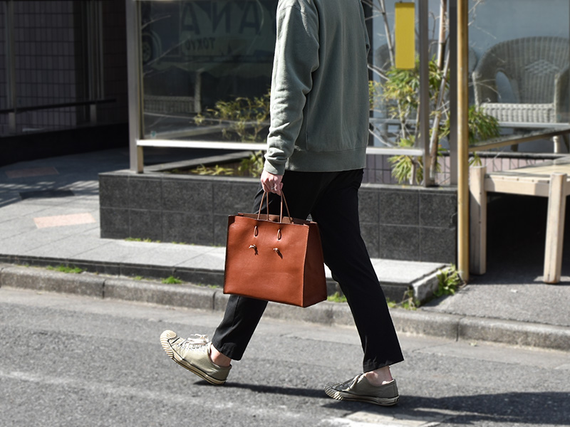 革紙袋(T-5)革色チョコ着用例
