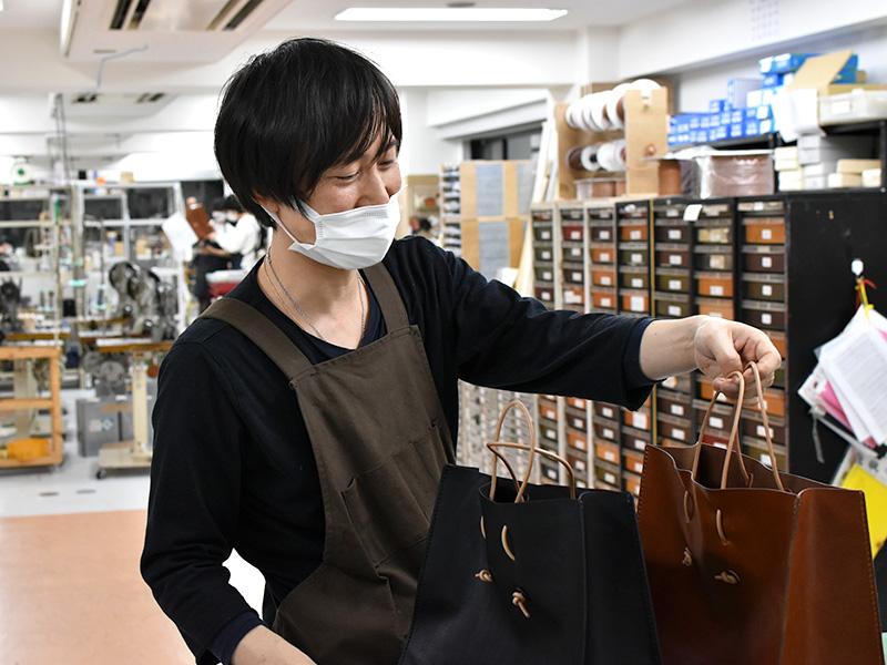 革紙袋(T-5)について話す作り手:滑川