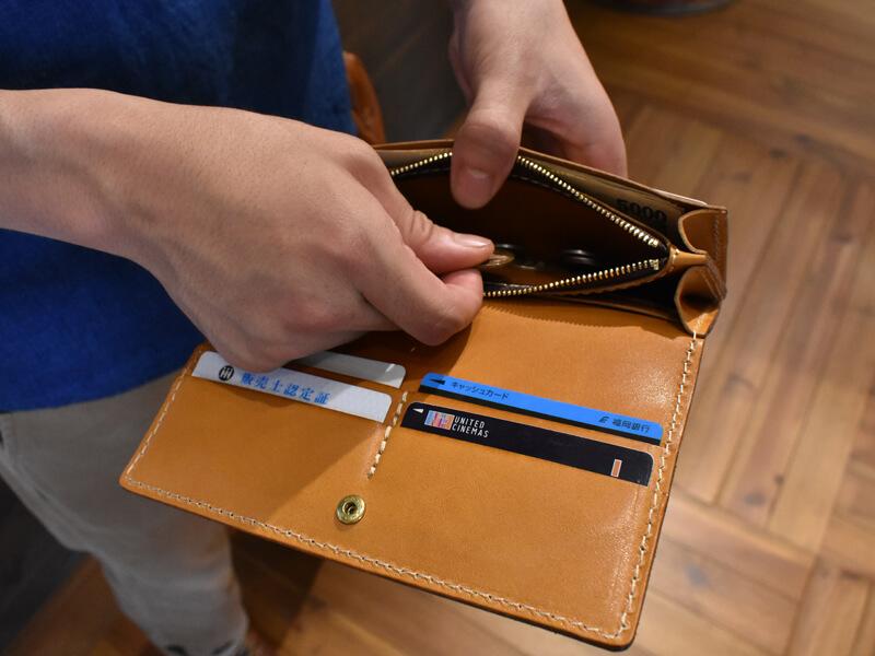 父の日にオススメの革小物!!ソフトレザーの長財布(WL-63)使用シーン