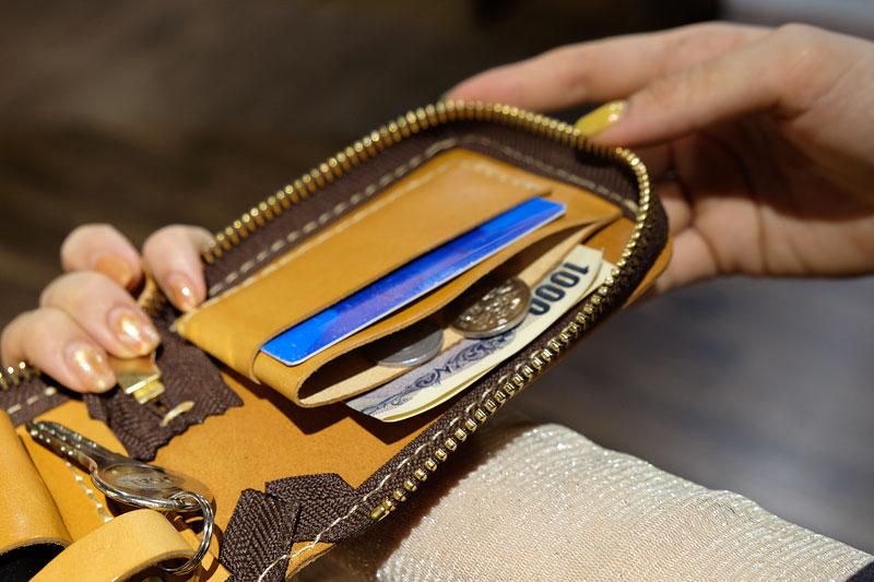財布のようにも使えるMY POUCH