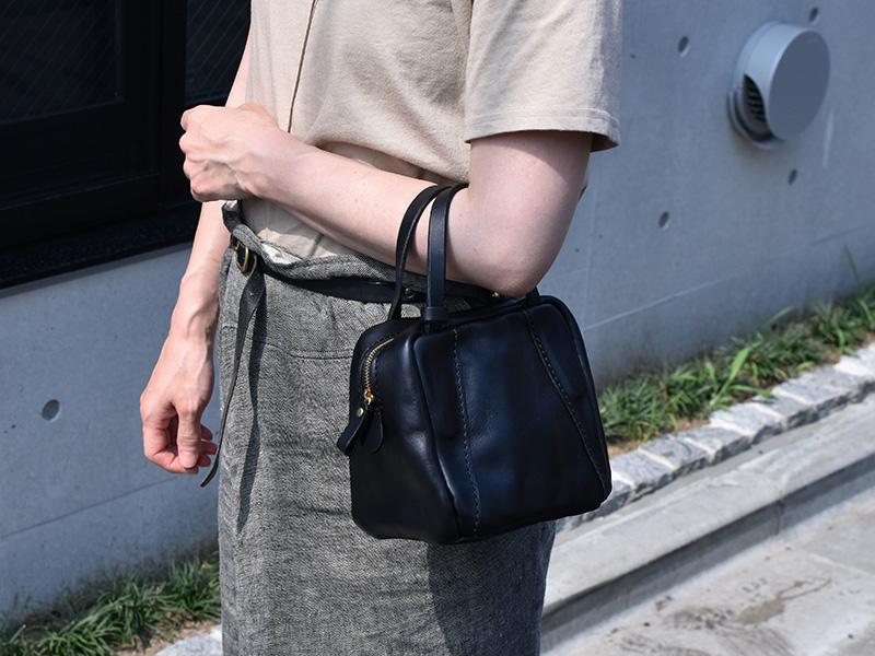 ミニスクエアバッグ(MB-2102)腕かけで使用する様子