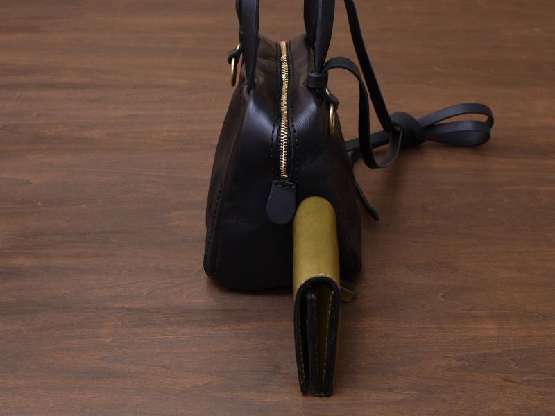 ミニスクエアバッグ(MB-2102)と小型の二つ折り財布(WS-64)を横から見た様子