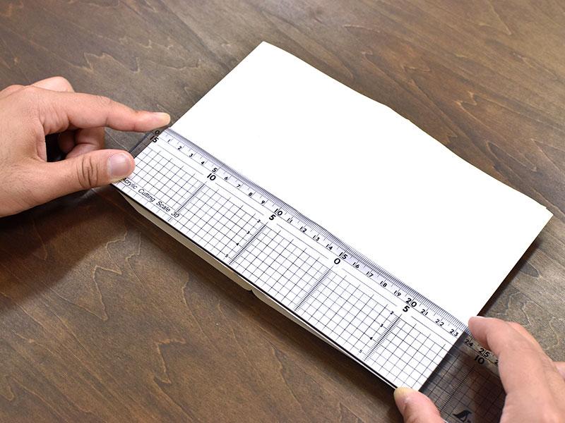 文庫本の横幅を計測する様子