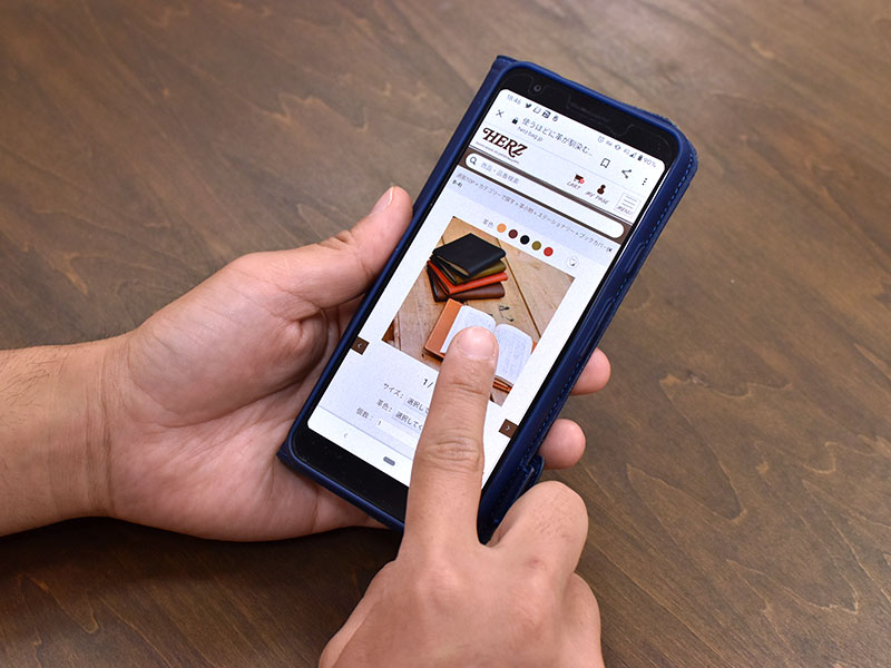 スマートフォンで商品ページをスクロールする様子2