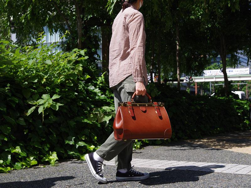 パリの街を鞄と歩く