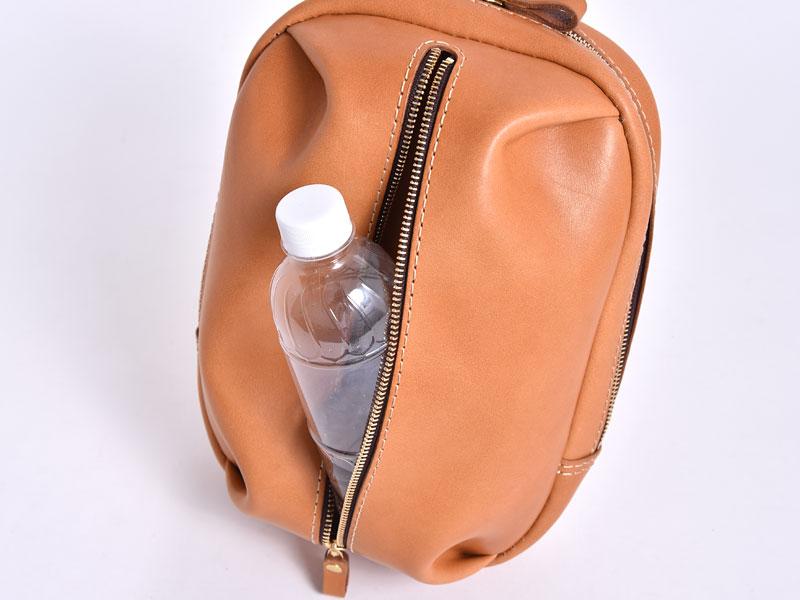 立体ポケットボディバッグ(F-9)の前ポケットにペットボトルを入れた様子