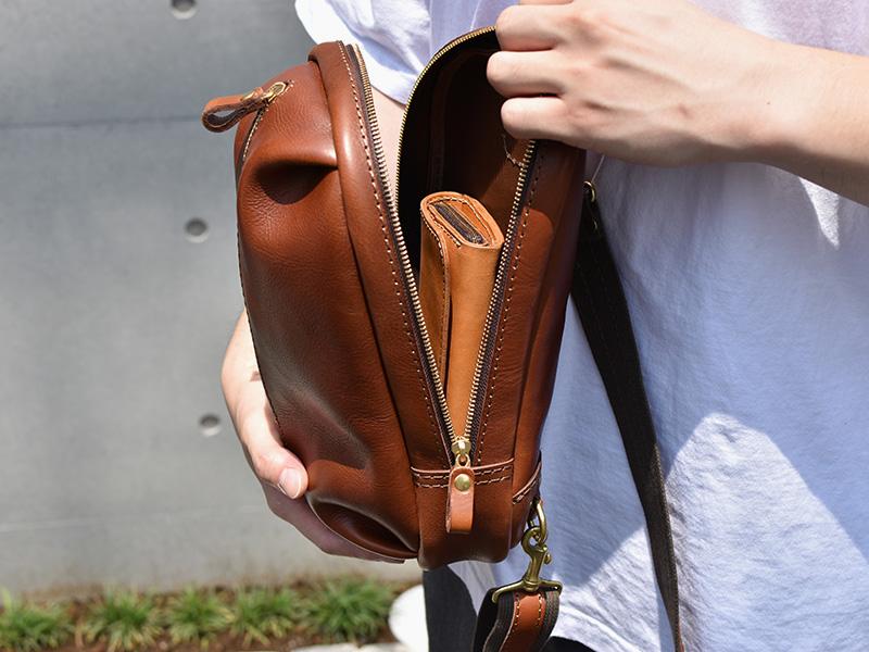 立体ポケットボディバッグ(F-9)に長財布を入れた様子